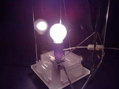 Lampada realizzata con scarti di plexiglass e completamente smontabile. Tutti i pezzi sono integralmente realizzati a mano, artigianalmente, con materiali riciclati. E i costi di realizzazione sono praticamente pari a zero