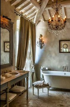 Olha só o que o aparador virou nesse banheiro, uma bancada para a pia. Combinado com a banheira vitoriana e o lustre clássico, o banheiro ficou um luxo.