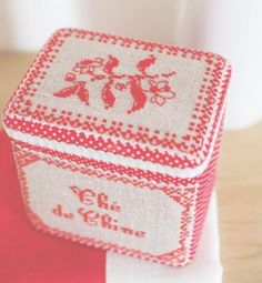 Tea Box, free chart and instructions, in French at Prima. Extract from the book La cuisine en rouge et bis, de M.A Réthoret-Mélin et P. Samouïloff. Want it..