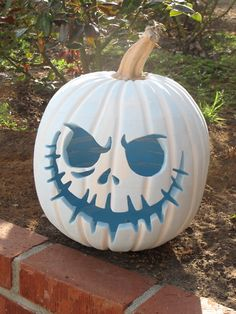 love love this pumpkin and am going to have this on my porch this year Jack Skellington pumpkin…….love love this pumpkin and am going to have this on my porch this year Deco Porte Halloween, Soirée Halloween, Adornos Halloween, Holidays Halloween, Halloween Pumpkins, Halloween Decorations, Halloween Forum, Fall Decorations, Foam Pumpkins