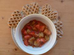 Die Saisongärtnerin: Vollwertwaffeln mit saisonaler Grütze (Erdbeer-Rhabarber)