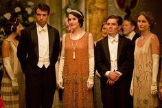 20er Jahre Mode - Abendkleider und Dandyanzüge aus der TV-Serie Downtown Abbey