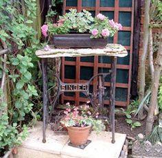 Um pé de máquina de costura e, uma linda mesa...é uma idéia que me encanta, penso muito em ter uma... Aqui algumas lindas e criativas mesas...