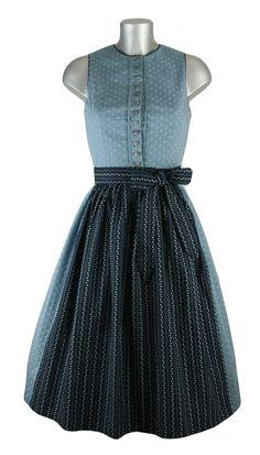 Hochgeschlossenes Dirndltraum in hellblau mit dunkelblauer Schürze, die mit weißen Punkten geschmückt ist. Das Dirndl kann auch ohne Bluse getragen werden und macht diesen Retrostil perfekt. Der traditionelle Look passt perfekt zu jeder Dirndlträgerin. Ein echter Traum. [Unser Preis: 129,00 €]