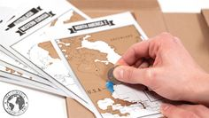Bitácora de viaje con mapas raspables. Medidas: 22,5 x 7 cm.