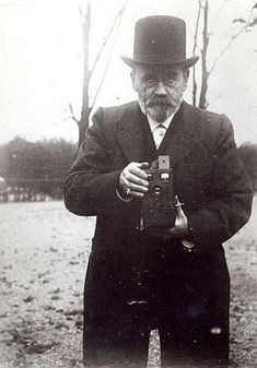 Emile Zola taking a photograph Archives Charmet
