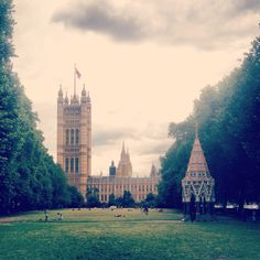 Dark clouds gather above the Houses of Parliament in #London 20°C I 68°F #BurberryWeather