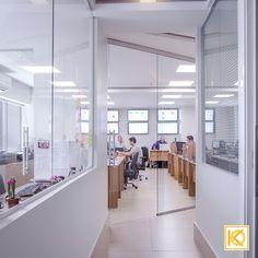 As divisórias de vidro utilizadas na separação de ambientes trazem a privacidade sem comprometer a interação, já que os colaboradores interagem entre si em vários momentos do trabalho. Tons sóbrios e neutros, nas paredes e no mobiliário funcional trazem praticidade e conforto, tanto aos clientes que visitam o lugar como aos funcionários. #ProjetodeArquitetura #Arquitetura #Decor #Corporativo #Escritorio #Tecnologia #KarlaOliveira #StudioKarlaOliveira