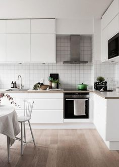 Scandinavian interior decor has always been fascinating. That's because of the simplicity and minimalist style. The kitchen in Scandinavian style has an airy and simple decor but it's also functional and practical. The Scandinavian kitchen design and Nordic Kitchen, Kitchen Sets, New Kitchen, Kitchen Dining, Kitchen Decor, Kitchen Styling, Scandinavian Kitchen Tiles, Space Kitchen, Kitchen Small