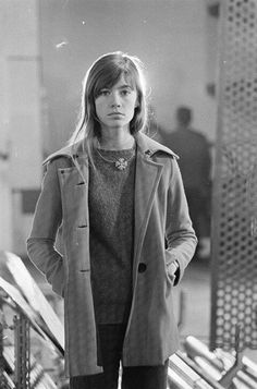 For Francoise Hardy Françoise Hardy, Young Celebrities, Celebs, 70s Inspired Fashion, Librarian Chic, Sixties Fashion, Long Hair With Bangs, Glamour, Suits For Women