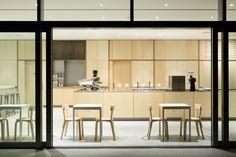 """photo(C)Takumi Ota / Jo Nagasaka / Schemata Architects designed """"Blue Bottle Coffee ROPPONGI Cafe"""" in Roppongi, Tokyo, Japan."""