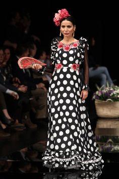 Traje de Flamenca - Arte-y-Compas - Simof-2017 Flamenco Costume, Spanish Fashion, Black White Red, Dress Skirt, Beautiful Dresses, Fashion Dresses, Style Inspiration, Costumes, Dot Dot