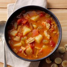 Hearty Manhattan Clam Chowder Recipe -Talk about hearty. This veggie-packed clam chowder really satisfies. Butter up some crusty bread and you have yourself a complete meal. Clam Chowder Soup, Clam Chowder Recipes, Fish Chowder, Seafood Recipes, Soup Recipes, Recipies, Clam Recipes, Asian Recipes, Manhattan Clam Chowder Recipe Crock Pot