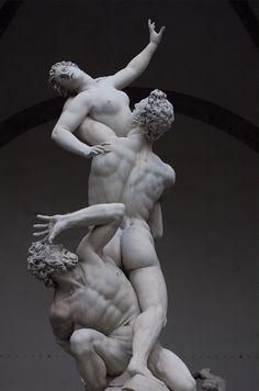 O Rapto das Sabinas.  Escultura de Giambologna, nascido como Jean Boulogne (também conhecido como Giovanni da Bologna e Giovanni Bologna), foi um escultor Maneirista. Nasceu em Douai, Flandres (hoje na França), em 1529, e faleceu em Florença em 13 de agosto de 1608.
