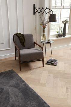 Een klassieke oude houten vloer, maar dan geheel nieuw. Dan kies je voor een verouderde afwerking bij Bruynzeel. Met Eigen Eiken stel je zelf je persoonlijke, unieke vloer samen. Kies eerst de plank, vervolgens de gewenste kleur en afwerking. Hier zien we een rustieke visgraat in de kleur Zeezout. Herringbone Wooden Floors, Interior Styling, Interior Design, Refinishing Hardwood Floors, Rich Home, Home Room Design, House Rooms, Home Living Room, Interior Architecture