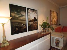 Quadro díptico Le Brown sobre buffet de madeira, sala de estar