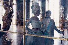 Versailles Hall of Mirrors. This Vogue photo shoot was the first authorized by the Château de Versailles in 25 years. Photographed by Annie Leibovitz, Vogue, September 2006 Annie Leibovitz, Sofia Coppola, Kirsten Dunst, Bal A Versailles, Mode Baroque, Marie Antoinette 2006, Charles Perrault, Vogue Photo, Hall Of Mirrors