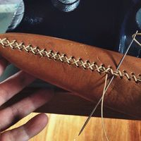 This gorgeous leather DIY fringe clutch is the ultimate accessory!leather working tipsBrit + Co Online ClassesBeginner's Guide to Leatherworking Leather Carving, Leather Art, Sewing Leather, Leather Gifts, Leather Bags Handmade, Leather Tooling, Leather Jewelry, Leather Purses, Leather Totes
