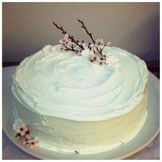 """Torta en merengue """"Flores de cerezo"""" Merengue, Cake Pops, Cherry Tree, Desserts, Food Cakes, Sweets, Meringue, Cake Pop, Cakepops"""