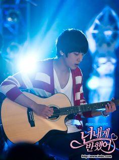 """Hearstrings"" * Jung Yong-hwa as Lee shin"