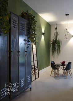 #woonkamer #eetkamer #binnenkijker #interieur #inspiratie #loft HOME MADE BY_STIJL BINNENKIJKER | STYLIST AYLIN | WOONKAMER | INSPIRATIE | SFEERVOL | INTERIEUR TRENDS | TIJDLOOS | STOEL | BANK | TAFELTJE | LAMPEN | KOEIENHUID | PLANTEN | GROEN | INDUSTRIEEL