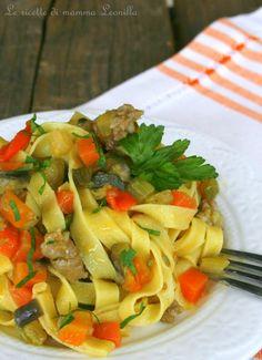 TAGLIATELLE CON VERDURE SALSICCIA E CURRY Curry, Italian Dishes, Crepes, Pasta Salad, Ethnic Recipes, Food, Tagliatelle, Kitchens, Lasagna