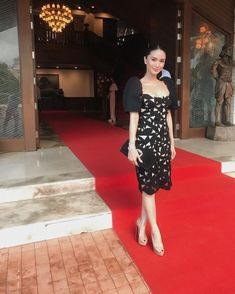 fashion - 6 Times Heart Evangelista Wore A Terno And Slayed Modern Filipiniana Gown, Filipiniana Wedding, Heart Evangelista Style, Philippines Dress, Filipino Fashion, Star Fashion, Fashion Night, Womens Fashion, Fashion Black
