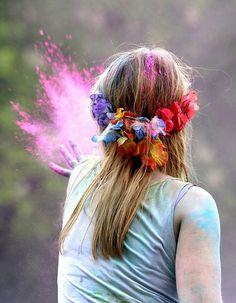 chica aventando polvo de colores