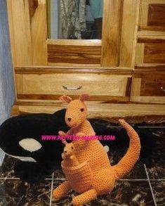 ללא הוראות Crochet kangaroo-and-baby free pattern Crochet Teddy, Crochet Patterns Amigurumi, Crochet Toys, Stuffed Animal Patterns, Dinosaur Stuffed Animal, Stuffed Animals, Zoo Phonics, Knitted Animals, Miniature Crafts