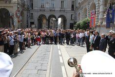 Lutto cittadino a #Torino per le vittime di #Dacca. Un minuto di silenzio di fronte a Palazzo Civico.