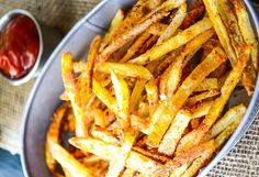 Combinez toutes les épices dans un petit bol et mettre de côté. Laver et peler les pommes de terre. Coupez en frites d'environ 1/4 de pouce. Ajouter les frites dans un grand bol rempli d'eau froide. Laissez tremper pendant au moins 30 minutes...