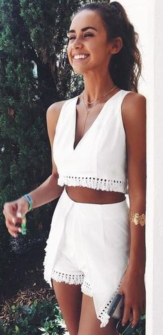 White combination of top and shorts always gives a Chic look. More summer outfits ideas for you to choose.