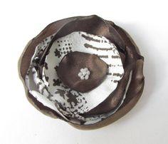 Anstecker - Blüten - Anstecker Satin-Organza-Blüte braun-creme - ein Designerstück von soschoen bei DaWanda