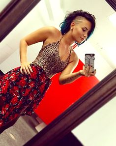 Demi Lovato rocked a half-shaved head and teal hair tips. Are colored tips the new fall trend? Demi Lovato Weight, Half Shaved Head, Demi Lovato Style, Demi Lovato Body, Latest Hair Color, Teal Hair, Corte Y Color, Celebrity Beauty, Celebrity Style