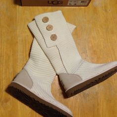 NIB UGGS Classic Cardy 8 IVORY New in box, never worn Ivory Cardy UGGS in size 8. In perfect NEW CONDITION!!! UGG Shoes Winter & Rain Boots