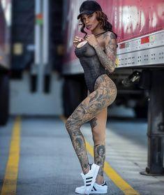 русская веб девушка модель с татуировкой