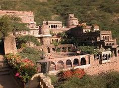 #Neemrana fort palace – The drive to Neemrana is a mixed ride, the journey till the #highway is good until you reach the turn to Neemrana.This palace has  built been #built over 12 layers with 7 wings tiered into a hill, and thus it is one of the #mostexclusive day trips from Delhi. Here you'll find hanging #gardens, #ayurvedic spa, two swimming pools and also India's first zip line.