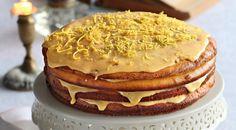 rețetă este foarte veche,miere  INGREDIENTE: Pentru aluat: -3 ouă; -1.5 pahare de smântână grasă (33-35%) (375 ml); -un pahar de zahăr brun(200 g); -150 g de miere lichidă; -2.2 pahare de făină(330 g); -o păstaie de vanilie; -0.7 linguriță de sare; -0.7 linguriță de bicarbonat de sodiu; -unt — pentru ungerea tăvii; -coajă de lămâie rasă sub formă de fâșii — pentru decor... Sweets Cake, No Cook Desserts, Russian Recipes, Apple Pie, Biscuits, Pancakes, Spicy, Tasty, Cookies