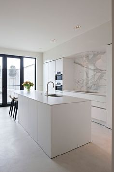 The kitchen that is top-notch white kitchen , modern kitchen , kitchen design ideas! Home Decor Kitchen, Kitchen Remodel, Kitchen Decor, Contemporary Kitchen, New Kitchen, White Modern Kitchen, Home Kitchens, Kitchen Living, Kitchen Design