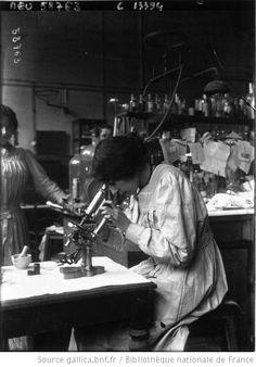 A Paris ; le laboratoire municipal : femme regardant au microscope / Photographie de presse / Agence Meurisse (1915)