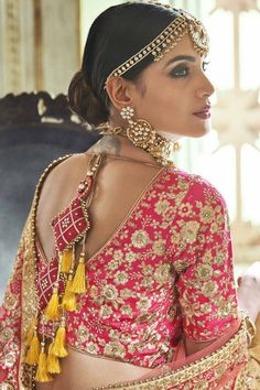 Bridal Blouse Designs 2020 Latest Saree Blouse Back Designs Choli Blouse Design, Saree Blouse Patterns, Fancy Blouse Designs, Bridal Blouse Designs, Indian Wedding Lehenga, Bridal Lehenga, Indian Bridal, Indiana, Latest Saree Blouse