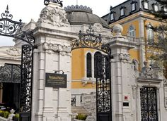 Portugal pleases at every turn - by Alice Short, Los Angeles Times 14.07.2013 | Photo: The street entrance to the Pestana Palace.