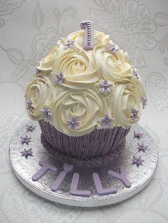 Vanilla Giant Cupcake for my Niece's Birthday Big Cupcake, Giant Cupcake Cakes, Cupcake Cookies, Mini Cakes, Cake Pops, Cake Smash, Yummy Treats, Delicious Desserts, Chocolate Waffles