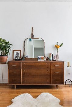 Home Decor Inspiration Lessons learned from working at an interiors magazine. Decor Inspiration Lessons learned from working at an interiors magazine. Retro Home Decor, Cheap Home Decor, Modern Decor, Vintage Apartment Decor, Diy Casa, Interiors Magazine, Cute Dorm Rooms, Home Living, Living Rooms