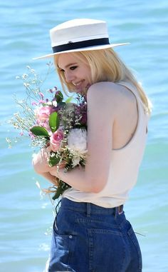Elle Fanning from The Big Picture: Today's Hot Photos The cute actress enjoys some flowers in Cannes. Ellie Fanning, Fanning Sisters, Dakota And Elle Fanning, Spring Girl, Harry Potter, Foto Pose, Poses, Hollywood Celebrities, Cannes Film Festival