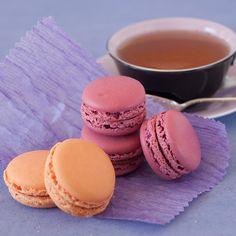 Découvrez la recette Macarons framboise et abricot sur cuisineactuelle.fr.