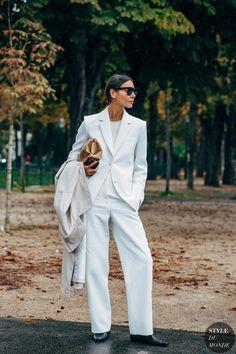Julie Pelipas between the fashion shows. Daily Fashion, Elle Fashion, Quirky Fashion, White Fashion, Fashion Photo, Street Looks, Street Style, Street Chic, Street Fashion