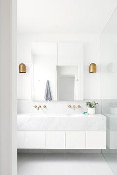 54 Premium Modern White Bathroom with White Cabinets Ideas - HomeCNB Modern White Bathroom, Minimalist Bathroom, Small Bathroom, Master Bathroom, White Bathrooms, Bathroom Marble, Bathroom Taps, White Bathroom Vanities, Family Bathroom
