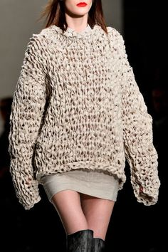 chunky knit with tape yarn Knitwear Fashion, Knit Fashion, Sweater Fashion, Knitting Wool, Knit Wrap, How To Purl Knit, Cool Sweaters, Pullover, Mode Style