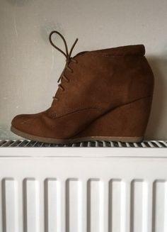 À vendre sur #vintedfrance ! http://www.vinted.fr/chaussures-femmes/compensees/36495551-talons-compenses-marrons-en-daim